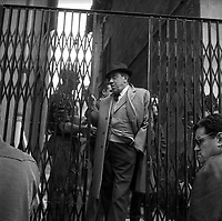 """Tournage du film """"La Bourse ou la Vie"""" de Jean Pierre Mocky, dans le quartier de St Sernin, Tououse, France, novembre 1965<br /> <br />  2 novembre 1965. Vue de Fernandel sur le tournage<br /> <br /> PHOTO:  Fonds André Cros,"""