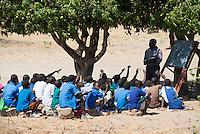 MALAWI, Dorfschule unter einem Mango Baum