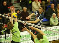 Volley Menen - Knack Randstad Roeselare : Hendrik Tuerlinckx met de smash door het blok van Anshel Ver Eecke.foto VDB / BART VANDENBROUCKE