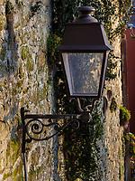 Laterne in Grund, Luxemburg-City, Luxemburg, Europa, UNESCO-Weltkulturerbe<br /> Streetlight in Grund, Luxembourg City, Europe, UNESCO Heritage Site