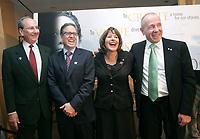 3 millions $ en sourires : Trois donateurs sourient alors qu'ils annoncent avoir versé un don de 1 million $ chacun aux Amis du Musée canadien des droits de la personne. De gauche à droite : Jim Temerty (donateur), Donald MacDonald (donateur), Gail Asper (présidente des Amis du Musée) et Larry Tanenbaum (donateur). (Groupe CNW/Canadian Museum for Human Rights)