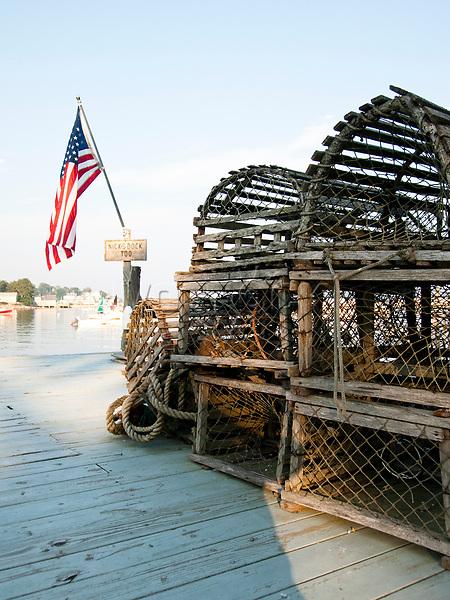 USA, Neuengland, Hummerkaesten im Hafen von Stonington, Deer Isle, 02.09.2010<br /> <br /> <br /> Engl.: USA, New England, Deer Isle, lobster pots, harbor, flag, 02 September 2010