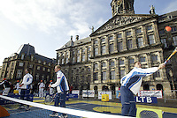 9-2-06, Netherlands, tennis, Amsterdam, Daviscup.Netherlands Russia, Draw, the Russian team playing street tennis int the center of Amsterdam in front of the Royal Palace