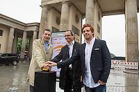 """Kostenfreies WLAN-Internet in Berlin.<br /> Am Mittwoch den 1. Juni 2016 startete in Berlin das Projekt fuer kostenfreies WLAN im oeffentlichen Raum. Die Berliner Senatskanzlei hat dieses Projekt nach vielen Jahren ergebnisloser Diskussionen letztendlich in Zusammenarbeit mit den Firmen """"abl Social Federation"""" und """"Audible"""" umgesetzt. Zunaechst wird es jedoch nur 100 sog. """"Hotspots"""" geben, spaeter sollen es bis zu 650 werden. Wann das genau sein wird ist unklar, ebenso werden die Standorte der Hotspots der oeffentlichen Plaetze und Einrichtungen erst spaeter bekannt gegeben.<br /> Das Berliner Unternehmen Audible, unterstuetzt das Projekt """"Free WiFi Berlin"""" nicht nur finanziell, sondern bietet den Nutzern seine Produkte wie Hoerbuecher an.<br /> Die Nutzung des kostenfreien WLAN soll ohne Eingabe personenbezogener Daten nutzbar und sicher sein, so die Firma abl Social Federation.<br /> Im Bild vlnr.: Bernhard Schodrowski, Senatssprecher; Nils Rauterberg, Audible; Benjamin Akinci, abl Social Federation.<br /> 1.6.2016, Berlin<br /> Copyright: Christian-Ditsch.de<br /> [Inhaltsveraendernde Manipulation des Fotos nur nach ausdruecklicher Genehmigung des Fotografen. Vereinbarungen ueber Abtretung von Persoenlichkeitsrechten/Model Release der abgebildeten Person/Personen liegen nicht vor. NO MODEL RELEASE! Nur fuer Redaktionelle Zwecke. Don't publish without copyright Christian-Ditsch.de, Veroeffentlichung nur mit Fotografennennung, sowie gegen Honorar, MwSt. und Beleg. Konto: I N G - D i B a, IBAN DE58500105175400192269, BIC INGDDEFFXXX, Kontakt: post@christian-ditsch.de<br /> Bei der Bearbeitung der Dateiinformationen darf die Urheberkennzeichnung in den EXIF- und  IPTC-Daten nicht entfernt werden, diese sind in digitalen Medien nach §95c UrhG rechtlich geschuetzt. Der Urhebervermerk wird gemaess §13 UrhG verlangt.]"""