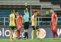 CALI - COLOMBIA, 25-01-2020: Oscar Gomez, árbitro, muestra la tarjeta amarilla a Rodrigo Ureña del América durante partido por la fecha 1 de la Liga BetPlay DIMAYOR I 2020 entre América de Cali y Alianza Petrolera jugado en el estadio Pascual Guerrero de la ciudad de Cali. / Oscar Gomez, referee, shows the yellow card to Rodrigo Ureña of America during the match for the for the date 1 as part of BetPlay DIMAYOR League I 2020 between America de Cali and Alianza Petrolera played at Pascual Guerrero stadium in Cali. Photo: VizzorImage / Gabriel Aponte / Staff