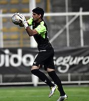 BOGOTA - COLOMBIA -21 -10-2016: Leandro Gelpi, portero de La Equidad en acción durante partido entre La Equidad y Boyaca Chico FC, por la fecha 17 de la Liga Aguila II-2016, jugado en el estadio Metropolitano de Techo de la ciudad de Bogota. / Leandro Gelpi, goalkeeper of La Equidad, in action during a match La Equidad and Boyaca Chico FC, for the  date 17 of the Liga Aguila II-2016 at the Metropolitano de Techo Stadium in Bogota city, Photo: VizzorImage  / Luis Ramirez / Staff.