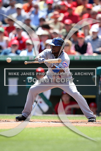 March 20, 2010:  Luis Castillo (1) of the New York Mets during a Spring Training game at Roger Dean Stadium in Jupiter, FL.  Photo By Mike Janes/Four Seam Images