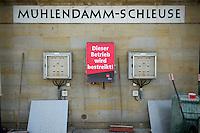 ver.di-Schleusenstreik in Berlin und Brandenburg.<br />Am Donnerstag den 25. Juli begann die Dienstleistungsgewerkschaft ver.di in Berlin einen mehrtaegigen Streik der Beschaeftigten der Wasser- und Schifffahrtsverwaltung (WSV) in Berlin und Brandenburg. Bereits in den Tagen zuvor hatte die Gewerkschaft Schleusen in anderen Teilen Deutschlands bestreikt.<br />Die Streiks stehen im Zusammenhang mit den bundesweiten Tarifauseinandersetzungen bei der WSV, denn bislang verweigert die Bundesregierung Tarifverhandlungen zur Absicherung der Beschaeftigten im Rahmen des Umbaus ihrer Einrichtungen und Behoerden. ver.di fordert vom Bund Tarifverhandlungen ohne Vorbedingungen.<br />Der Bund plant einen Umbau der Wasser- und Schifffahrtsverwaltung, dabei sollen bis zu einem Viertel der rund 12.000 Arbeitsplaetze wegfallen. Der Osten Deutschlands ist von der Reform besonders betroffen, dort sind bis zu 2.500 Arbeitsplaetze gefaehrdet.<br />Bei einer Urabstimmung Ende April hatten mehr als 95 Prozent der ver.di-Mitglieder in der WSV fuer einen Streik gestimmt. Ziel der Gewerkschaft ist der Abschluss eines Tarifvertrages.<br />Im Bild: Streikende WSV-Mitarbeiter an der Muehlendamm-Schleuse, einer der zentralen Schleusen fuer den Schiffsverkehr in Berlin.<br />25.7.2013, Berlin<br />Copyright: Christian-Ditsch.de<br />[Inhaltsveraendernde Manipulation des Fotos nur nach ausdruecklicher Genehmigung des Fotografen. Vereinbarungen ueber Abtretung von Persoenlichkeitsrechten/Model Release der abgebildeten Person/Personen liegen nicht vor. NO MODEL RELEASE! Don't publish without copyright Christian-Ditsch.de, Veroeffentlichung nur mit Fotografennennung, sowie gegen Honorar, MwSt. und Beleg. Konto:, I N G - D i B a, IBAN DE58500105175400192269, BIC INGDDEFFXXX, Kontakt: post@christian-ditsch.de<br />Urhebervermerk wird gemaess Paragraph 13 UHG verlangt.]