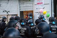 Am Pfingstsonntag den 20. Mai 2018, wurden in Berlin mehrere Haeuser besetzt. Mit dieser Aktion wollten die Besetzer ein Zeichen gegen Verdraengung und Wohnungsnot setzen. Um 21 Uhr raeumte die Polizei zeitgleich in den Bezirken Kreuzberg und Neukoelln die Besetzungen, nachdem auf Druck des Senat die landeseigenen und privaten Eigentuemer Strafantrag und ein schriftliches Raeumungsbegehren gestellt hatten.<br /> Im Bezirk Kreuzberg wurde in der Reichenbergerstrasse 114 ein seit vielen Jahren leer stehender Ladenraum besetzt. Die Besetzer wollten in den Raeumen einen Stadtteilladen einrichten. Bei der Raeumung wurden mehrere Personen durch Tritte und Schlaege von Polizeibeamten und durch den Einsatz von Pfefferspray verletzt.<br /> Besitzer der Reichenbergerstrasse 114 ist die , der Akelius GmbH.<br /> Im Bild: Ein Polizeibeamter schlaegt mehrere Minuten mit einem Brecheisen auf die Glastuer des besetzten Laden ein um sie zu oeffnen.<br /> 20.5.2018, Berlin<br /> Copyright: Christian-Ditsch.de<br /> [Inhaltsveraendernde Manipulation des Fotos nur nach ausdruecklicher Genehmigung des Fotografen. Vereinbarungen ueber Abtretung von Persoenlichkeitsrechten/Model Release der abgebildeten Person/Personen liegen nicht vor. NO MODEL RELEASE! Nur fuer Redaktionelle Zwecke. Don't publish without copyright Christian-Ditsch.de, Veroeffentlichung nur mit Fotografennennung, sowie gegen Honorar, MwSt. und Beleg. Konto: I N G - D i B a, IBAN DE58500105175400192269, BIC INGDDEFFXXX, Kontakt: post@christian-ditsch.de<br /> Bei der Bearbeitung der Dateiinformationen darf die Urheberkennzeichnung in den EXIF- und  IPTC-Daten nicht entfernt werden, diese sind in digitalen Medien nach §95c UrhG rechtlich geschuetzt. Der Urhebervermerk wird gemaess §13 UrhG verlangt.]
