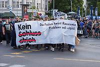 """Etwa 2.000 Menschen demonstrierten am Mittwoch den 11. Juli 2018 in Berlin unter dem Motto """"Kein Schlussstrich - Das Problem heisst Rassismus"""" anlaesslich der Urteilsverkuendung im Muenchner NSU-Prozess. In Redebeitraegen, auf Plakaten und Transparenten wurde die Nicht-Aufklaerung der Terrororganisation """"Nationalsozialistischer Untergund"""" - NSU - kritisiert. So hat die Staatsanwaltschaft im ueber fuenf Jahre dauernden Prozess immer von drei Personen gesprochen, die den NSU gebildet haben sollen, obwohl im Verfahren klar geworden ist, dass der NSU mit seinem Netzwerk aus mind. 50 Personen bestehen muss. Auch wurden die geringen Strafen gegen einige der Angeklagten kritisiert.<br /> Die Demonstration wurde von vier Einsatzhundertschaften der Berliner Polizei begleitet und ueber einem dutzend ziviler Staatschutzbeamten beobachtet.<br /> 11.7.2018, Berlin<br /> Copyright: Christian-Ditsch.de<br /> [Inhaltsveraendernde Manipulation des Fotos nur nach ausdruecklicher Genehmigung des Fotografen. Vereinbarungen ueber Abtretung von Persoenlichkeitsrechten/Model Release der abgebildeten Person/Personen liegen nicht vor. NO MODEL RELEASE! Nur fuer Redaktionelle Zwecke. Don't publish without copyright Christian-Ditsch.de, Veroeffentlichung nur mit Fotografennennung, sowie gegen Honorar, MwSt. und Beleg. Konto: I N G - D i B a, IBAN DE58500105175400192269, BIC INGDDEFFXXX, Kontakt: post@christian-ditsch.de<br /> Bei der Bearbeitung der Dateiinformationen darf die Urheberkennzeichnung in den EXIF- und  IPTC-Daten nicht entfernt werden, diese sind in digitalen Medien nach §95c UrhG rechtlich geschuetzt. Der Urhebervermerk wird gemaess §13 UrhG verlangt.]"""