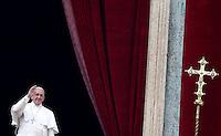 "Papa Francesco si affaccia dalla loggia centrale della Basilica di San Pietro per impartire la Benedizione Urbi et Orbi in occasione del Natale, Citta' del Vaticano, 25 dicembre 2014.<br /> Pope Francis waves to faithful prior to deliver the ""Urbi et Orbi"" (""to the City and to the World)"" blessing on the occasion of the Christmas day from the central loggia of St. Peter's Basilica, Vatican, 25 December 2014.<br /> UPDATE IMAGES PRESS/Isabella Bonotto<br /> <br /> STRICTLY ONLY FOR EDITORIAL USE"