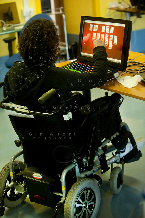 centro per disabili gravi Sim-patia, Valmorea, prov.Como..Domotica , robotica , computer in aiuto ad handicappati gravi. La piscina terapeutica, la fisioterapia, l. Valmorea, provincia di Como. Villaggio SIM-PATIA centro di cura per disabili, dove l'alta tecnologia e robotica aiutano la riabilitazione e l'autosufficenza dei ricoverati