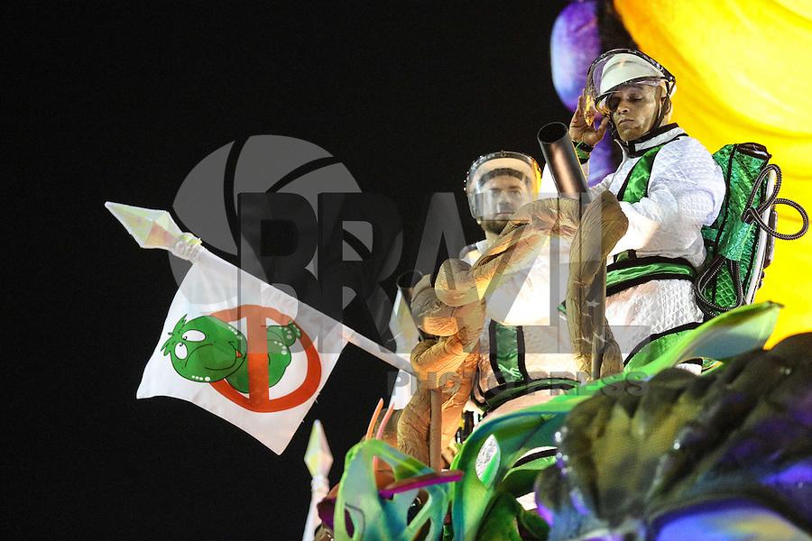 RIO DE JANEIRO, RJ, 08.02.2016 - CARNAVAL-RJ - Integrantes da escola de samba Unidos da Tijuca durante primeiro dia de desfiles do grupo especial do Carnaval do Rio de Janeiro no Sambódromo Marquês de Sapucaí na região central da capital fluminense na  madrugada desta segunda-feira, 08. (Foto: Vanessa Carvalho/Brazil Photo Press)