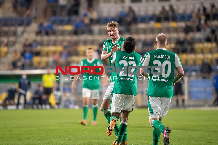 12.09.2020, Ernst-Abbe-Sportfeld, Jena, GER, DFB-Pokal, 1. Runde, FC Carl Zeiss Jena vs SV Werder Bremen<br /> <br /> Jubel 0:2 Tahith Chong (Werder Bremen #22) mit Davy Klaassen (Werder Bremen #30) Nick Woltemade (werder Bremen #41)<br /> <br /> <br />  <br /> <br /> <br /> Foto © nordphoto / Kokenge