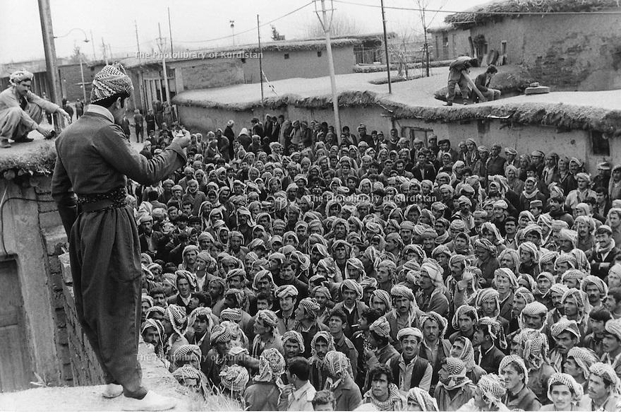 Iraq 1974 <br /> The resumption of hostilities, in Kala Diza, men joining the armed struggle as workers  <br /> Irak 1974 <br /> La reprise de la lutte armée, a Kala Diza, hommes devant le bureau de la maind'oeuvre attendant l'attribution de leurs postes