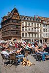 France, Alsace, Department Bas-Rhin, Strasbourg: cafes at Cathedral Square with Kammerzell House | Frankreich, Elsass, Départements Bas-Rhin, Strassburg: Cafes auf dem Muensterplatz mit dem Kammerzellhaus