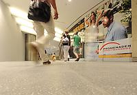 Menschen gehen durch den Zubringertunnel am City-Tunnel Leipzig/ der neu entstandene Fußgängertunnel am Hauptbahnhof wird eingeweiht / Inbetriebnahme / Zugang zum Citytunnel / Promenaden Hauptbahnhof / LVB Straßenbahn Haltestellen / der alte Tunnel wird zurück gebaut.<br /> Foto: aif / Anika Dollmeyer