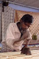 Asie/Inde/Rajasthan/Jaipur: Tissages de Jaipur - Impression du coton avec des tampons en bois