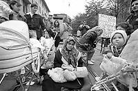 - Milano, Ottobre 1992, sgombero degli inquilini abusivi o irregolari dalle case ALER del quartiere Stadera.<br /> <br /> - Milan, October 1992, evacuation of abusive or irregular tenants from the ALER houses of the Stadera district.