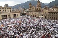 BOGOTA-COLOMBIA-9-04-2013. Miles de personas se reunieron en  La Plaza de Bolívar durante la marcha por la paz en Colombia.  Thousands of people gathered in the Plaza Bolivar during the march for peace in Colombia.Photo / VizzorImage / Felipe Caicedo / Staff