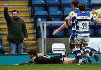 Photo: Richard Lane/Richard Lane Photography. London Wasps v Bath Rugby. Aviva Premiership. 24/11/2013. Wasps' Jonah Holmes dives in for a try.