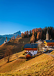 Italien, Suedtirol (Trentino - Alto Adige), Gadertal, oberhalb Wengen: der Weiler Tolpei mit dem Turm der alten Pfarrkirche St. Genesius in Altwengen (rechts) und links die spaetgotische Barbarakapelle, im Hintergrund die Puez-Geisler-Gruppe im Naturpark Puez-Geisler und dem Peitlerkofel | Italy, South Tyrol (Trentino - Alto Adige), Val Badia, above La Valle: hamlet Tolpei with steeple of parish church St Genesius in Old-Wengen (right), the chapel Saint Barbara (middle), at background Puez-Geisler-Group at Puez-Geisler Nature Park (Parco naturale Puez Odle) and summit Sass Putia