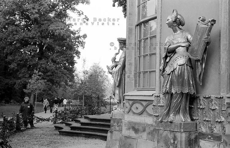 Potsdam, parco di Sanssouci. La casa cinese, il custode --- Potsdam, Sanssouci Park. The Chinese House, the guardian