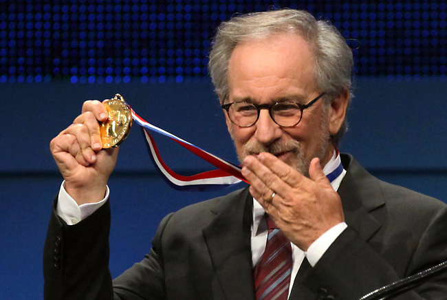 Steven Spielberg displays his medal and blows a kiss after being awarded the 2009 Liberty Medal at the Constitution Center in Philadelphia on Thursday night, October 8, 2009.  (Pool Photo by Laurence Kesterson / The Philadelphia Inquirer)  EDITORS NOTE:  PLIBERTY09, 10/8/09, Philadelphia, Pa.  2009 Liberty Medal.