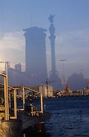 Europe/Espagne/Catalogne/Barcelone : Amoureux sur le port - En reflet, la colonne de Colomb