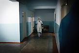 Die Epidemie ist keine neue Herausforderung für das Land, es<br />war schon besser, inzwischen hat sich die Lage aber wieder sehr<br />verschlechtert. Die Entwicklung in den letzten zehn Jahren verlief<br />stark negativ. In den Gefängnissen ist die Lage besser geworden,<br />die Krankenhäuser sind wieder voll. Balti, Intensivstation. // Moldova is still the poorest country of Europe. Hopes to join the European Union are high. After progress in the past years tuberculosis is on the rise again. The number of new patients raise since 2010 and is on a level that has not been reached since the late 90s.