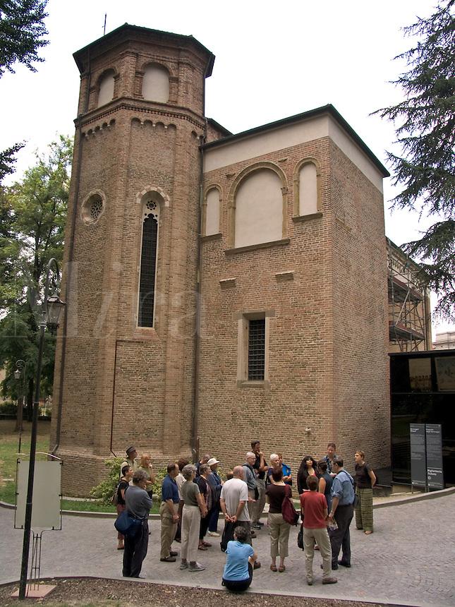 Tour group outside Cappella degli Scrovegni in, Padua Ital