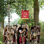 Europa, DEU, Deutschland, Nordrhein Westfalen, NRW, Rheinland, Niederrhein, Xanten, Archaeologisches Experiment, Roemermarsch der Legio XV Primigenia, Bergkamen nach Xanten, Am Fuerstenberg, Mit dem Experiment - Iter Romanum MMVIII - dem Roemermarsch 2008 - versuchte die Legio , den Marsch roemischer Legionaere mit all seinen Strapazen originalgetreu nachzuvollziehen. Die Roemer haben diesen Weg der Lippe entlang bereits zu Neros Zeiten bewaeltigt. Auf groeßtmoegliche Authentizitaet wurde sehr viel Wert gelegt. Mit zwei mitgefuehrten Maultieren wurden originalgetreue Ausruestungsgegenstaende wie Zelte, Muehlen und Werkzeuge transportiert. Nahrung, die aus roemischer Zeit ueberliefert ist, wurde ueber offenem Feuer gekocht. Kleidung, Ruestung und Bewaffnung sind anhand von Funden und historischen Quellen reproduziert worden. Mit Marschgepaeck hatten die Akteure ein Gewicht von insgesamt ueber 43 kg zu tragen. , Kategorien und Themen, Historisch, History, Historie, Geschichte, Historische Fotografie, Zeitdokumente, Zeitgeschichte, Geschichtliches, Archaeologie, Archaeologisch, Archaeologisches, Menschen, Personen, Leute, Menschenfotografie, People, Menschenfotos......[Fuer die Nutzung gelten die jeweils gueltigen Allgemeinen Liefer-und Geschaeftsbedingungen. Nutzung nur gegen Verwendungsmeldung und Nachweis. Download der AGB unter http://www.image-box.com oder werden auf Anfrage zugesendet. Freigabe ist vorher erforderlich. Jede Nutzung des Fotos ist honorarpflichtig gemaess derzeit gueltiger MFM Liste - Kontakt, Uwe Schmid-Fotografie, Duisburg, Tel. (+49).2065.677997, ..archiv@image-box.com, www.image-box.com]