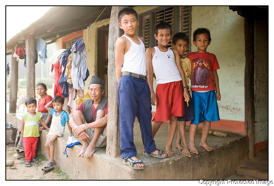 Népal<br /> Sur la route de Bhaktapur, Famille.