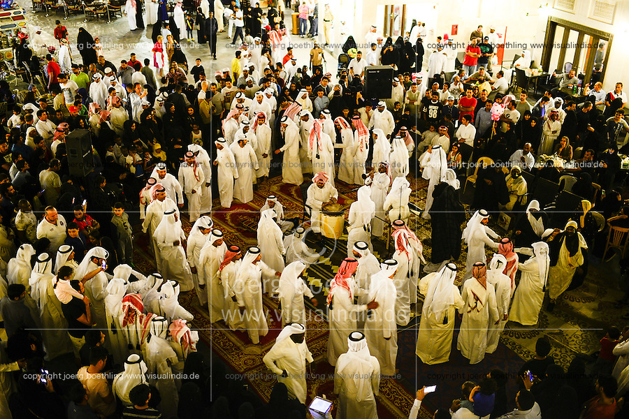 QATAR, Doha, Bazar Souq Waqif, dancing sheikhs / KATAR, Doha, Basar Souk Wakif, tanzende Scheichs