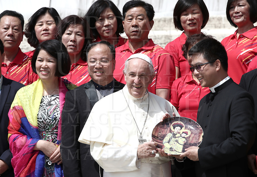 Papa Francesco saluta dei fedeli cinesi durante l'udienza generale del mercoledi' in Piazza San Pietro, Citta' del Vaticano, 6 giugno, 2018.<br /> Pope Francis greets Chinese faithful during his weekly general audience in St. Peter's Square at the Vatican, on June 6, 2018.<br /> UPDATE IMAGES PRESS/Isabella Bonotto<br /> <br /> STRICTLY ONLY FOR EDITORIAL USEUPDATE