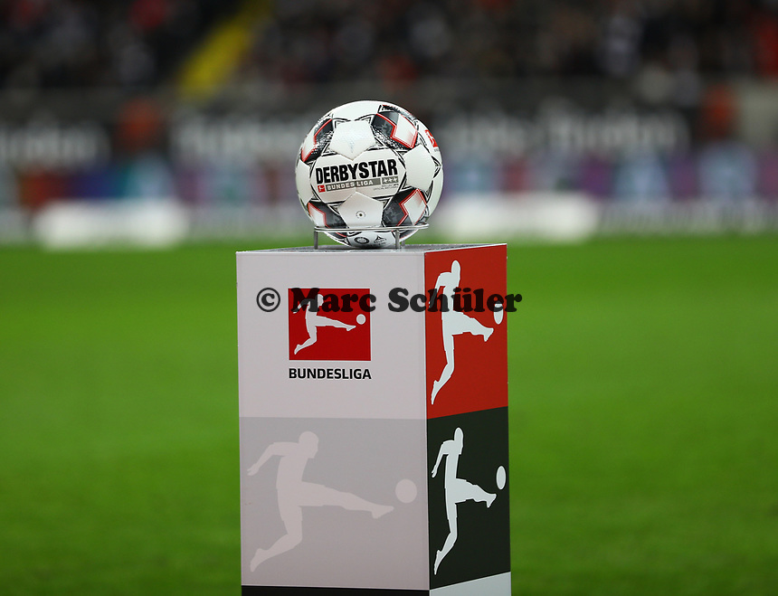 Spielball liegt bereit - 22.12.2018: Eintracht Frankfurt vs. FC Bayern München, Commerzbank Arena, DISCLAIMER: DFL regulations prohibit any use of photographs as image sequences and/or quasi-video.
