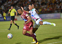IBAGUE - COLOMBIA , 5 -11 - 2017.Angelo Rodriguez (Izq.) jugador del Deportes Tolima disputa el balón con James Sanchez (Der.) del Atlético Junior   durante encuentro  por la fecha 19 de la Aguila II 2017 disputado en el estadio Manuel  Murillo Toro./ Angelo Rodriguez (L) player of Deportes Tolima   fights for the ball with James Sanchez (R) player of Atletico Junior   during match for the dat 19 of the Aguila League II 2017 played at Manuel Murillo Toro stadium. Photo:VizzorImage / Juan Carlos Escobar  / Contribuidor