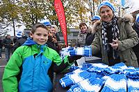 """Büttelborner Damen um Angelika Jockel haben 500 Mützen für die Aktion """"Du musst kämpfen!"""" gestrickt und verkaufen diese am Stadion, Nils (8 Jahre, aus Darmstadt) kauft sich gleich eine - 17.11.2017: SV Darmstadt 98 vs. SV Sandhausen, Stadion am Boellenfalltor, 2. Bundesliga"""