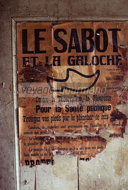 Europe/France/Limousin/23/Creuse/Env Pontarion/St-Eloy: Ancienne affiche de sabotier<br /> PHOTO D'ARCHIVES // ARCHIVAL IMAGES<br /> FRANCE 1980