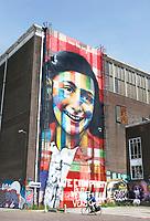Nederland Amsterdam 2017. De Lasloods op het NDSM Terrein. De Braziliaanse streetartist Eduardo Kobra heeft een monumentaal portret van Anne Frank gemaakt op een van de loodsen. Het kunstwerk is recentelijk onderaan beklad met een tekst : We can party but we have to be very quiet.  In 2018 opent in de Lasloods het grootste street art museum ter wereld.( niet voor commercieel gebruik ) Foto Berlinda van Dam / Hollandse Hoogte