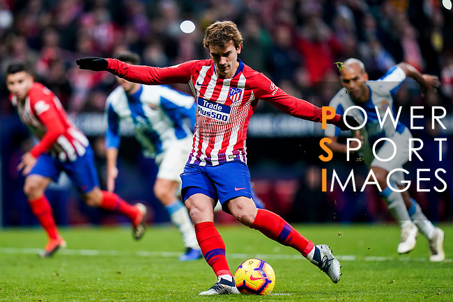 Antoine Griezmann of Atletico de Madrid shoots to score the goal during the La Liga 2018-19 match between Atletico de Madrid and RCD Espanyol at Wanda Metropolitano on December 22 2018 in Madrid, Spain. Photo by Diego Souto / Power Sport Images