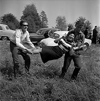 Village de Bourg-Saint-Bernard (Haute-Garonne). Le 18 Mai 1964. Vue d'un groupe de jeunes dans le pré de la Fadaise.
