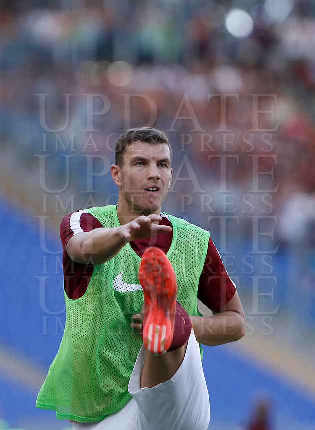 Calcio, Serie A: Roma vs Sassuolo. Roma, stadio Olimpico, 20 settembre 2015.<br /> Roma's Edin Dzeko warms up during the Italian Serie A football match between Roma and Sassuolo at Rome's Olympic stadium, 20 September 2015.<br /> UPDATE IMAGES PRESS/Isabella Bonotto