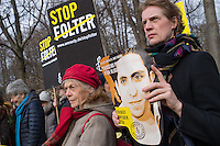 Mitglieder der Menschenrechtsorganisation Amnesty International fordert am Donnerstag den 29. Januar 2015 vor der Saudiarabischen Botschaft Freiheit fuer den Blogger Raif Badawi. Der Blogger war von einem saudischen Gericht zu 1.000 Stockschlaegen verurteilt worden, weil er angeblich religioese Gefuehle verletzt haben soll.<br /> 50 Stockschlaege hatte Badawi bereits erhalten, worauf nach einer aerztlichen Untersuchung festgestellt wurde, dass er auf Grund seiner Verletzungen vorerst keine weiteren Stockschlaege mehr bekommen koenne.<br /> 29.1.2015, Berlin<br /> Copyright: Christian-Ditsch.de<br /> [Inhaltsveraendernde Manipulation des Fotos nur nach ausdruecklicher Genehmigung des Fotografen. Vereinbarungen ueber Abtretung von Persoenlichkeitsrechten/Model Release der abgebildeten Person/Personen liegen nicht vor. NO MODEL RELEASE! Nur fuer Redaktionelle Zwecke. Don't publish without copyright Christian-Ditsch.de, Veroeffentlichung nur mit Fotografennennung, sowie gegen Honorar, MwSt. und Beleg. Konto: I N G - D i B a, IBAN DE58500105175400192269, BIC INGDDEFFXXX, Kontakt: post@christian-ditsch.de<br /> Bei der Bearbeitung der Dateiinformationen darf die Urheberkennzeichnung in den EXIF- und  IPTC-Daten nicht entfernt werden, diese sind in digitalen Medien nach §95c UrhG rechtlich geschuetzt. Der Urhebervermerk wird gemaess §13 UrhG verlangt.]