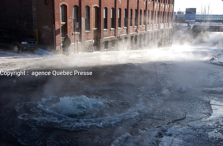 Ruptured water pipe in downtown Montreal, January 14 2004<br /> <br /> photo : (c)  Images Distribution