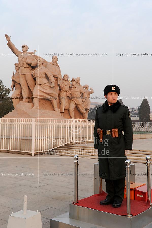 CHINA Peking Beijing Platz des himmlischen Frieden Tiananmen Platz , Wachmann vor Denkmal fuer die Helden des Volkes und Grosse Halle des Volkes- CHINA Beijing Tiananmen square