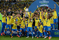 RIO DE JANEIRO – BRASIL, 7-07-2019: Jugadores de  Brasil celebran con la copa al ganar La Copa América 209 ante Perú durante partido por la final de la Copa América Brasil 2019 entre Brasil y Perú jugado en el Maracá. /<br /> Brazilian players celebrate with the cup by winning the Copa America 209 against Peru during the Copa America Brazil 2019  final match between Brasil and Peru played at Maracana stadium in Rio de Janeiro, Brazil. Photos: VizzorImage / Cristian Álvarez / Cont /