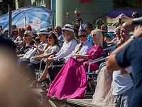 Zuschauer beim Traubenfest, Vrsac, Vojvodina, Serbien, Europa<br /> Spectators at the wine-festival, Vrsac, Vojvodina, Serbia, Europe
