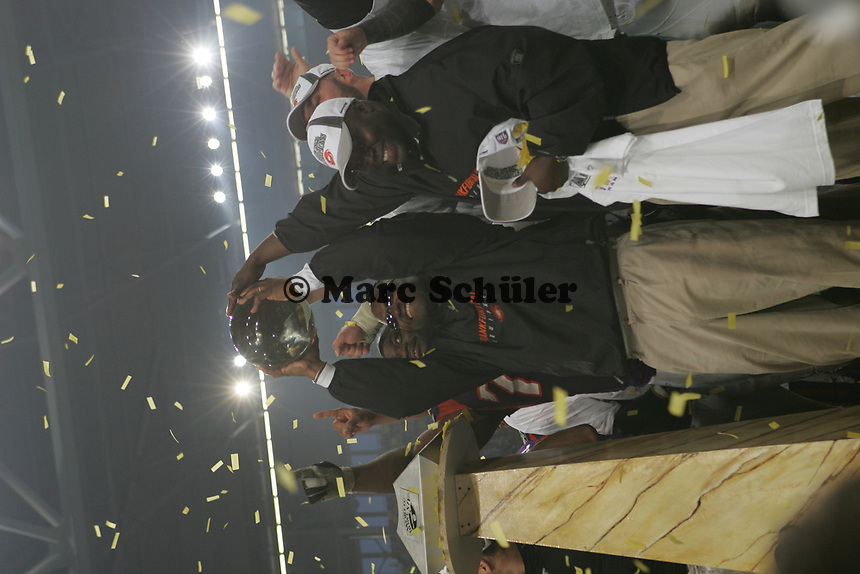 Head Coach Mike Jones (FRankfurt Galaxy) mit dem World Bowl