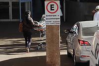 """Campinas (SP), 02/06/2021 - Saúde - A superintendência do Hospital de Clínicas (HC) da Unicamp solicitou nesta terça-feira (1°) a suspensão, por 48 horas, do encaminhamento de pacientes para o Pronto-socorro e decidiu não realizar internações e cirurgias eletivas até 7 de junho por conta da superlotação na unidade.<br /> Segundo o hospital, o PS opera com 295% da capacidade, o que inclui as duas salas de emergência destinadas à estabilização dos pacientes graves que chegam à unidade. """"As UTIS Covid e não Covid também estão lotadas e sem capacidade de giro de leitos"""", aponta."""